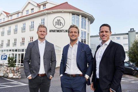 INVESTORENE: Knut Andreas Østern, Eirik Wiik og Svein Aarum er hjernene bak Embra AS. Bildet er fra oktober da gjengen kjøpte Active Hotel på Kaldnes.
