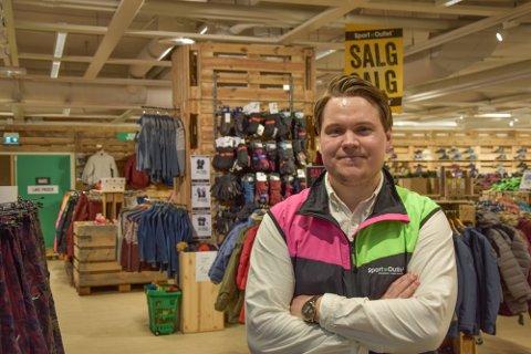 – VET IKKE HELT HVORDAN TING BLIR: Butikksjef hos Sport Outlet på Sjøsiden, Eirik Stabæk, forteller at de har flere ting å tenke på. Men driften i butikken ikke stopper helt.