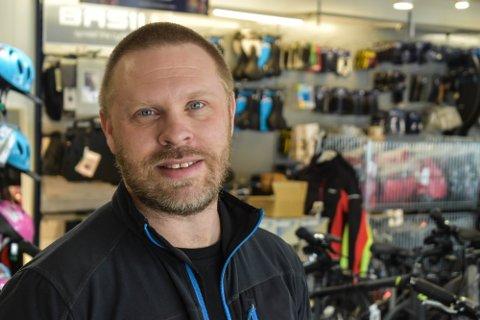 GOD VEKST I NY BUTIKK: Stig Sverre Holmsen og Sykkelsalongen kom seg godt gjennom 2020. Flyttingen til Storgata bidro veldig til årsresultatet.