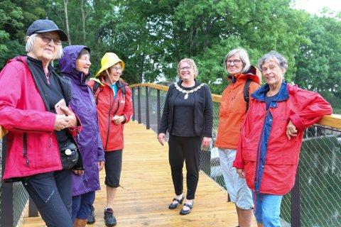 """""""Turgruppa"""" går sammen tre ganger hver uke, og i dag var de på plass like etter broa ble åpnet for å teste den. Alle var strålende fornøyd."""