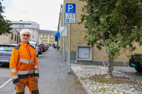 MÅTTE GJØRES: Nå har kommunen selv tatt seg av problemet med treet som dekket for parkeringsskiltet i Falsens gate.