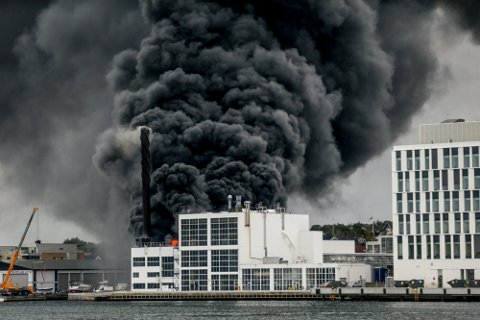Det brenner kraftig i et lagerbygg på Jotun i Sandefjord.