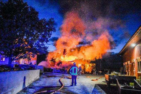 GNISTREGN: Heldigvis klarte brannvesenet å hindre at brannen spredte seg til de andre bygningene.