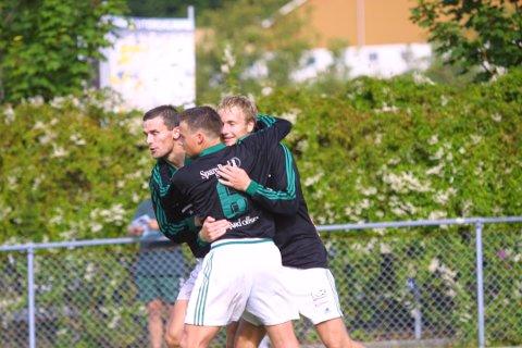 Hans Kristian Håland og Oddbjørn Sivertsen har mange år sammen på fotballbanen, også på A-laget til Ålgård. Her jubler de sammen med Birk Lima, mannen med flest A-kamper i klubben.