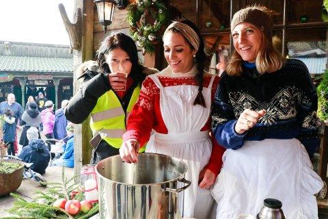 Initiativtaker Elin Hakvåg Idland (til venstre) fikk god hjelp av venninnene Hege Tandrevoll og Marit Bachmann Ravndal under fjorårets julemarked i Westernbyen.