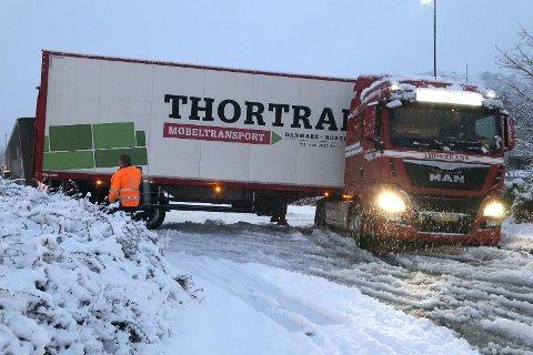 Et vogntog kjørte seg fullstendig fast på Ålgård i desember 2017.