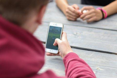 Ungdommers bruk av sosiale medier er blant temaene som skal snakkes om på folkemøtet i Veveriet onsdag 13. november.