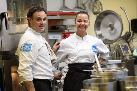 Paulo Rais og Caspary Røstad har travle dager på kjøkkenet i Lokstallen. Rais har akkurat begynt som kokk i Lokstallen. De siste fem årene har han jobbet hos Lura Turistheim på Lura.
