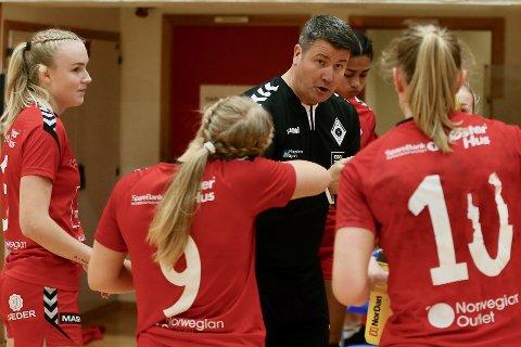 Trener Tore Helgesen gir spillerne instrukser.