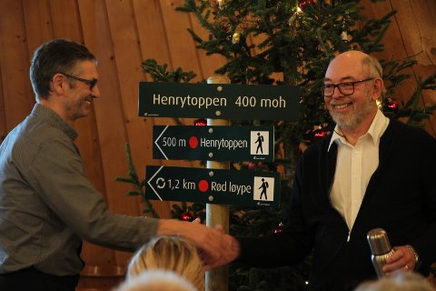 Daglig leder Øystein Dahle (til venstre) i Jæren friluftsråd overrasker avtroppende styreleder Henry Tendenes med å avsløre at sistnevnte får en fjelltopp kalt opp etter seg.