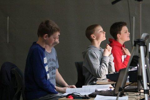 Sjuendeklassingene Jeremiah Rugroden, Simon Gilje og Daniel Dirdal styrte showet fra bak miksepulten. Skjult bak Rugroden sitter lærer og regissør Magnus Stokke.