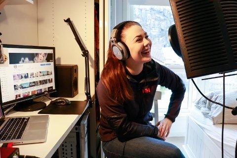 I et hjemmesnekret studio synger Lillian Rinaldo Kyllingstad (26) sine egne versjoner av kjente låter.