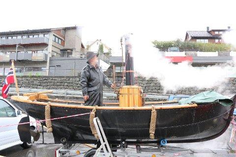 Ted-Johnny Taraldsen har laget en dampbåt. Signalet og røyken kunne høres og sees på lang avstand