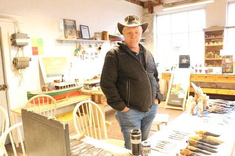 I fem-seks år har Geir Fuglestad reist fra Sandnes til Smiå på Ålgård hver mandag for å møte de andre medlemmene i Gjesdal kniv- og ljålag. Lørdag stilte han ut knivene han har laget.