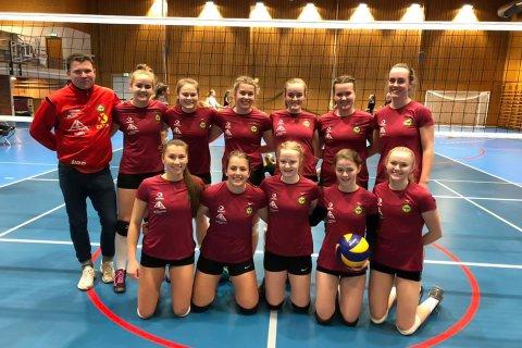 Oppgjøret mot ubeseirede Sandnes var det trener Nils Bjørnar Øfstaas og Gjesdal-jentene som gikk seirende ut av (arkivfoto: Gjesdal volleyball).