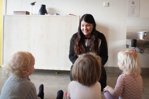 Barna i Flassabekken barnehage har tre faste vikarer som de kjenner godt. En av dem er Silje Brattskar.