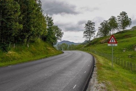 Fylkesvegen på Lomeland er smal og uoversiktleg.