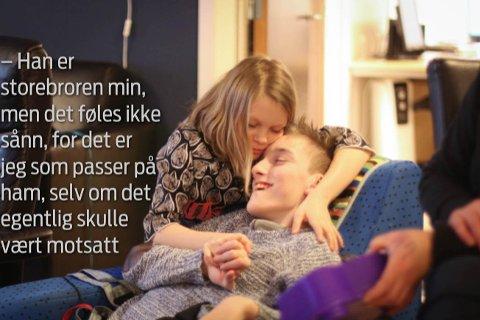 Stine Louise Linneberg (11) passer godt på storebror Ole Martin.