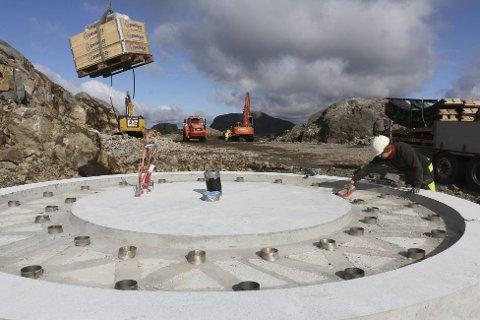 44 hol i kvart av fundamenta skal sikra at vindturbinane står støtt.