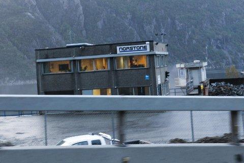 Norstone krever erstatning fra Statens vegvesen.