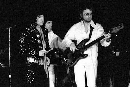 Jerry Scheff (t.h) på scenen sammen med Elvis Presley.