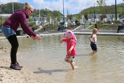 Silje Vatne, Ane-Emilie Gaup (4) og Ida-Sophie Gaup (6) trivst på sandstranda.