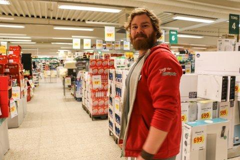 Butikksjef Asbjørn Tjelmeland ser fram til å kunne åpne en butikk i ny drakt om to uker.