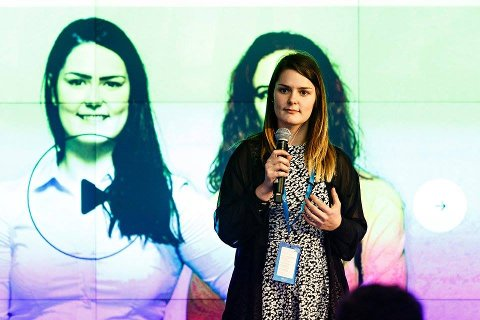 Kathrine Dollst Kvinnsland reiser rundt med foredrag om psykisk helse. I bakgrunnen er ein skjermdump frå heimesida til Unghjelp.
