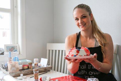 Hver mandag deler Marie Lillejordet ut ei hjemmelaget sjokoladekake til en heldig vinner på Facebook.