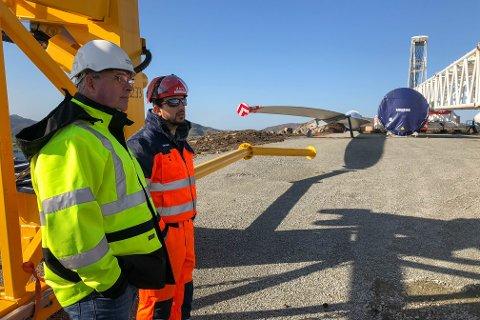 Ronny Johnsrød (t.v) er daglig leder i ASKO fornybar. Rafael Casalino jobber i firmaet Vestas som har ansvaret for å installere møllene.