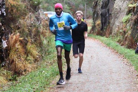 Alf Ante Idland Tornensis fra Gjesdal idrettslag, her bak ryggen til Salim Haroun fra EIK, ble nummer to i Kystløpet.
