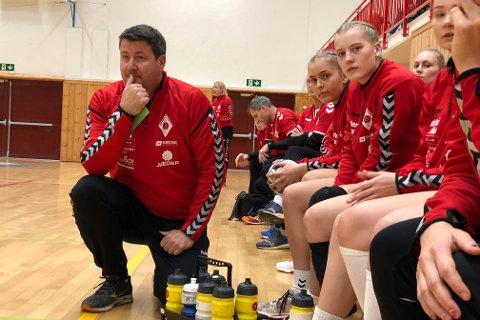 Tore Helgesen fikk mye å gruble over i kampen mot Fjellhammer. Til høyre for han sitter Emilia Giske, Marie Reve, Ingrid Pedersen og Maja Rame.