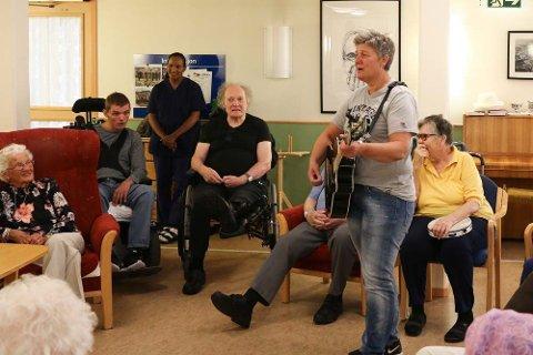 I halvannet år har June Siri Eltervåg sunget og spilt for brukere av kommunale tjenester, som her på Solåsheimen. Nå er det slutt.