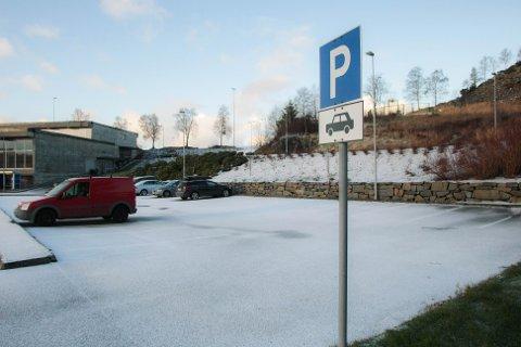 Kommunen råder pendlere som vil videre nordover med buss, til å parkere ved svømmehallen.