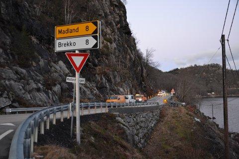 Det er dette fjellpartiet ovenfor fylkesvegen som skal rassikres. Tirsdag ble det utført arbeid i fjellveggen.