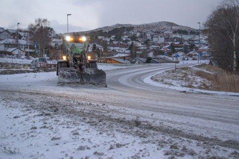 Brøytemannskap har vært ute i morges etter nattens og morgenes snøfall.