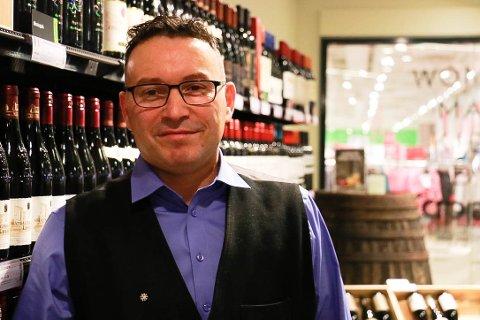 Butikksjef Philippe Brunel på Vinmonopolet i Amfi Ålgård ser fram til å gi den økte kundemassen bredere utvalg i 2019.