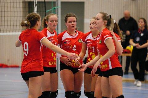 Anna Brox (midten) og resten av lagvennninnene på Gjesdal volleyball viser gode takter etter opprykket til 1. divisjon, men fikk ikke full uttelling borte mot Sandnes søndag.