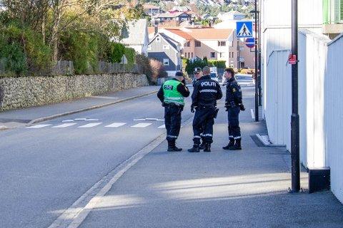 Politiet rykket ut med flere patruljer etter å ha fått melding om et ran i Ole Nielsens vei en mandag formiddag i oktober. Rett før jul ble saken henlagt.