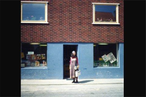 Olga Egeleand utenfor Oskar Egelands butikk i Krambugata.