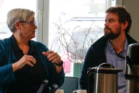 Barnehagesjef Rannveig Eriksen og FUB-representant Erlend Thorsen diskuterte konsekvensane av dei reviderte barnehagevedtektene.