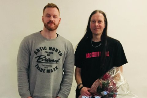 Ny leder Sturla Gilje (t.v.) sammen med avtroppende leder, Hans Magnus Mam Frafjord med blomster (t.h.).