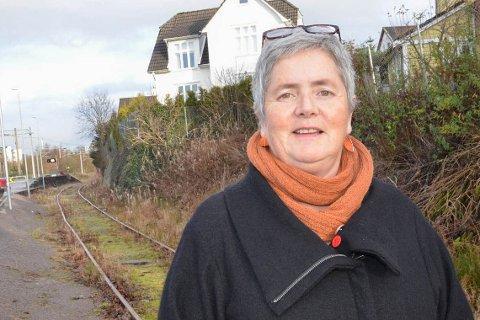 SV-politikeren Heidi Bjerga er redd for at en midlertidig sykkelsti i traseen til Ålgårdbanen fort kan bli permanent.
