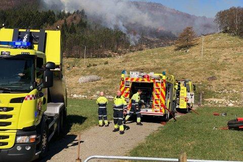 Rogaland brann og rednings IKS brukte store ressurser på grasbranner lørdag. Nå innfører de bålforbud før tiden.