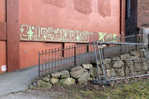 Noen har funnet det for godt å gi en av Veveriets vegger et nytt utseende.