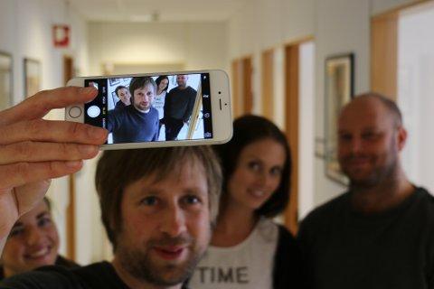 Redaktør Øyvind Ulland Sandsmark (35) er den eldste i redaksjonen. Redaksjonen har den lågaste ansienniteten i heile landet. I bakgrunnen: Kirsten Håland, Ingvild Lygren og Lars Fisketjøn.