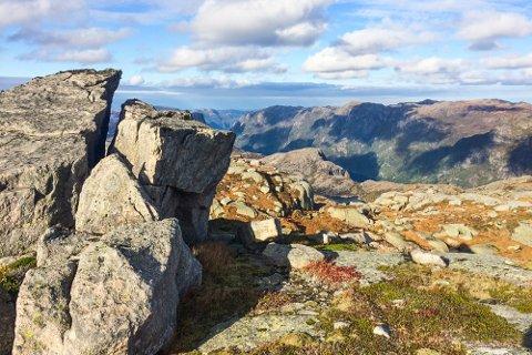 Dette bildet er tatt fra Vallresknuten, høyeste toppen på fjellplatået øst for Giljastølen. Her vil det bli god utsikt til den planlagte vindparken.