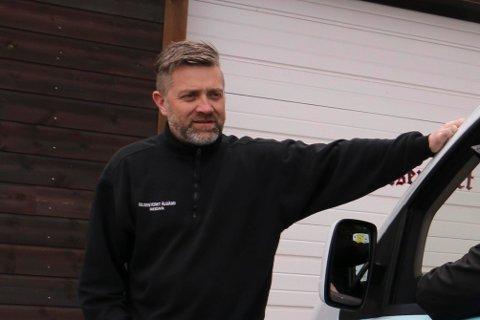 Reidar Helland ved Bilsenteret Ålgård forteller at bedriften ble frastjålet en skuff til en gravemaskin i morgentimene (foto: Eugen Hammer).