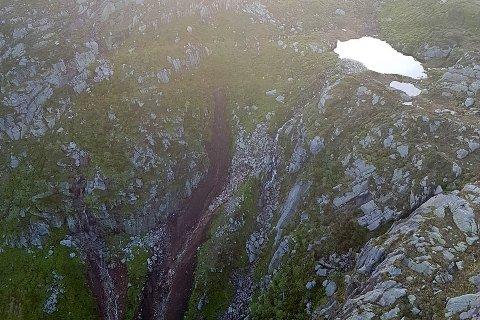 Bilder fra geologen som undersøkte rasstedet i går, viser hvor i fjellsiden raset begynte (foto: Statens vegvesen).