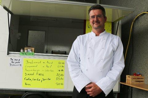 Jürgen Franke åpnet sin egen bratwurstbod utenfor Coop Extra på Myrå i begynnelsen av juni. Nå vil han begynne å bake tyske spesialiteter i de gamle lokalene til Espeland (foto: Håvard Ovesen).